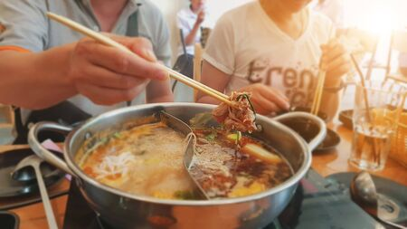 Asian family Celebrate special occasions By eating hot pot together. 版權商用圖片 - 132464429