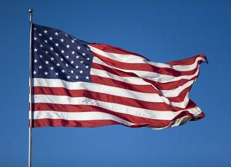 verenigde staten vlag: Zeer grote Verenigde Staten vlag waait in de wind op een wolkenloze dag Stockfoto
