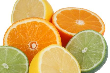 Sinaasappelen, citroenen, limoenen, citrusvruchten als achtergrond op wit Stockfoto