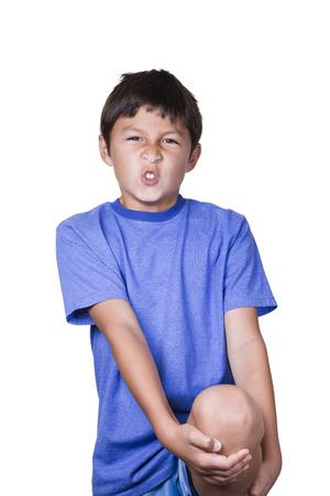dolor rodillas: Chico joven con dolor esguince en la rodilla