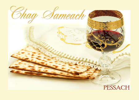 pesaj: los s�mbolos de la fiesta de la Pascua; tres piezas de pan �cimo; sirvi� un vaso de vino tinto; tela blanca con bordados y la fuente en la Pesach hebreo; sobre un fondo blanco; aislado;