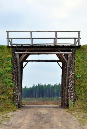 earthen: terra muro con un cancello di legno in esso