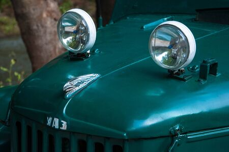hood of the retro car with round headlights and emblem on top for your design 新聞圖片