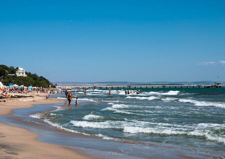 Burgas  Bulgaria - 08212019: sea beach with many people on a bright sunny day 新聞圖片