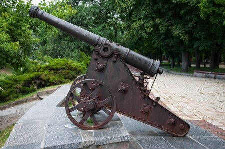 Ancient iron cannon standing in the park Imagens