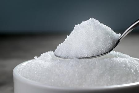 trzustka: granulowany cukier w srebrnej łyżce Pusty gotowy do wyświetlania lub montażu produktu. Zdjęcie Seryjne