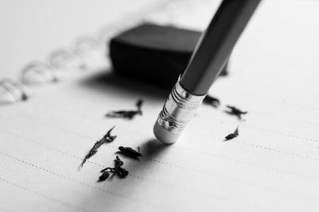 potlood gum het verwijderen van een schriftelijke fout op een stuk papier, verwijderen, corrigeren en fout concept.