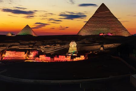 Las grandes pirámides de Giza, iluminado por la noche, Egipto