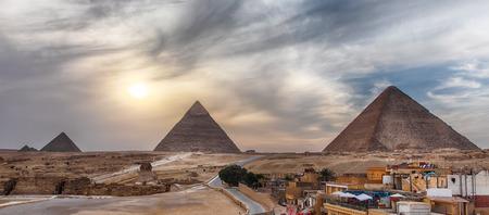 Les Grandes Pyramides de Gizeh, vue panoramique depuis la ville. Banque d'images