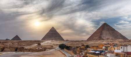 The Great Pyramids of Giza, panoramic view from the town. Stockfoto