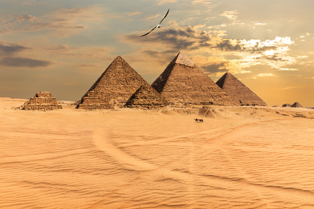 Sunset over the Pyramids of Giza, Egypt Banque d'images - 124961884