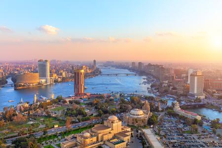 Luftaufnahme der Stadt Kairo bei Sonnenuntergang, Panoramaaufnahme vom Turm
