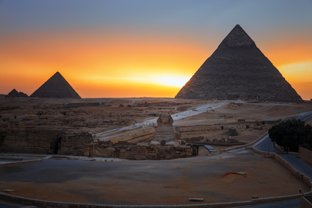 The Pyramids and the Sphinx in twilight, evening view of Giza complex, Egypt Banque d'images - 125038230