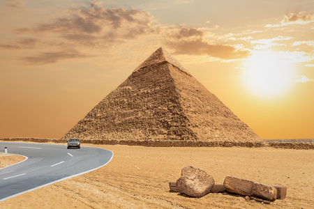 The Great Pyramid of Khafre and the road, Giza, Egypt. Banque d'images - 125039619