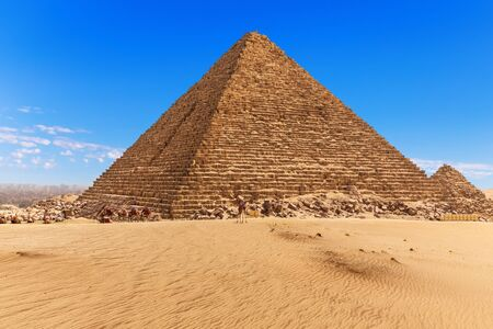 The Pyramid of Menkaure and the blue sky of Giza, Egypt. Imagens