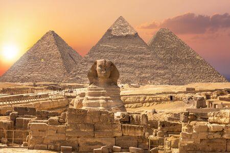 La Esfinge y las Pirámides, famosa Maravilla del Mundo, Giza, Egipto. Foto de archivo