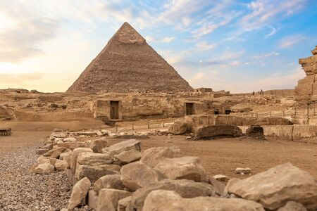 Ruins of ancient Giza and the Pyramid of Chephren, Egypt. Imagens