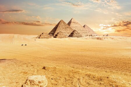Giza Pyramids in the hot desert, Egypt. Imagens