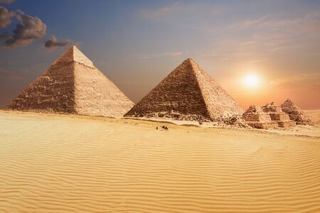 The Pyramid of Khafre and the Pyramid of Menkaure in Giza, beautiful egyptian scenery. Imagens