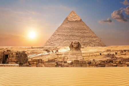 Wonderful view on the Sphinx and the Pyramid of Chephren in Egypt. Imagens