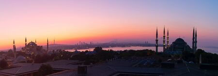 Istanbul sunset panorama, view on the Blue Mosque, Hagia Sophia and the city skyline. Imagens