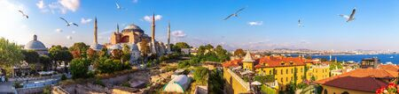 Hagia Sofia, old Turkish Hammam and the Bosphorus, beautiful Istanbul panorama Banque d'images