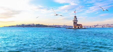 The Maidens Tower or Leanders Tower, beautiful Istanbul panorama. Imagens