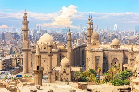 La mezquita-madraza del sultán Hassan y los edificios de El Cairo en el fondo, Egipto.