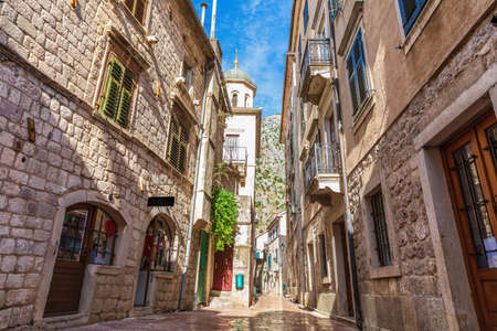Medieval street in the Old Town of Kotor not far from Saint Michael Church, Montenegro. Stockfoto