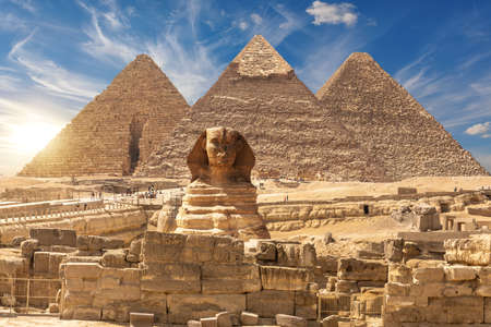The Sphinx and The Great Pyramids of Giza near the ruins of a temple in Giza, Egypt. Stockfoto
