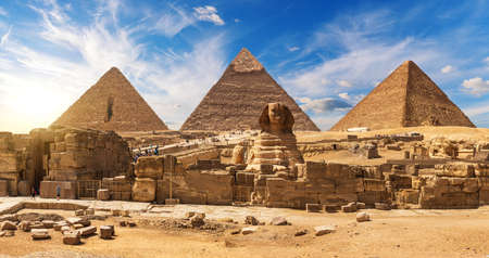 Gorgeous Sphinx in front of the Giza Pyramids, famous Wonder of the World, Egypt. 免版税图像
