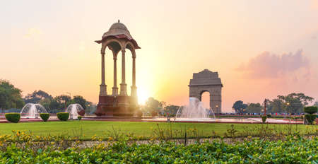 The India Gate and the Canopy at sunset in New Delhi, view from the National War Memorial. 免版税图像