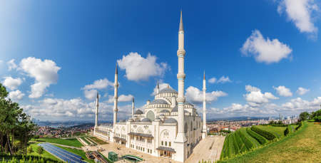 Camlica Mosque in Istanbul, the biggest one in Turkey, panoramic view. 免版税图像