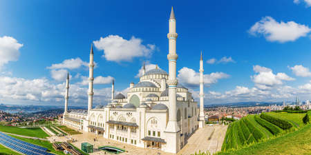 Istanbul Big Camlica Mosque, beautiful aerial view. 免版税图像