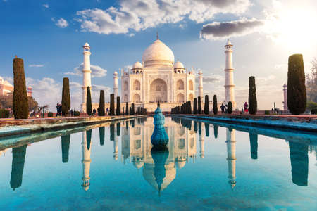 Taj Mahal and its reflection, famous view of India, Agra. 免版税图像