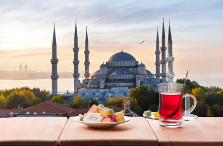Traditional turkish tea in front of the Blue Mosque, Istanbul. 免版税图像
