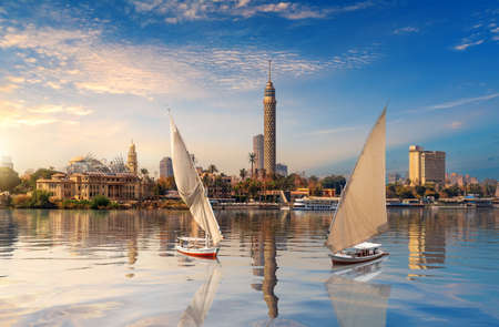 Cairo downtown, beautiful view of the Nile and sailboats, Egypt. 免版税图像