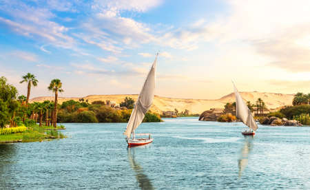 Aswan in Egypt, beautiful Nile view with sailboats. 免版税图像
