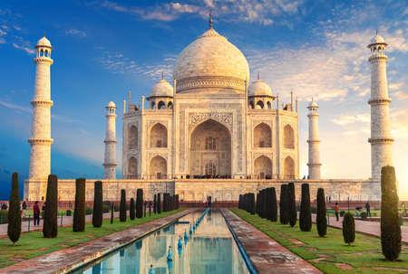 Taj Mahal at sunrise, place of visit of India, Agra. 免版税图像