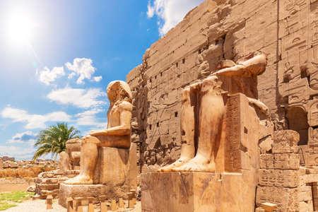 Karnak Temple Pylon Facade and statues, Luxor, Egypt 版權商用圖片