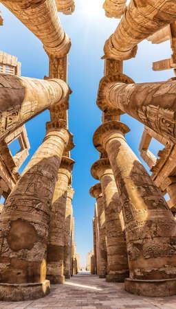 Karnak Hall Pillars and the blue sky of Luxor, Egypt. 版權商用圖片