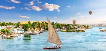 Nile river, a sailboat and a balloon, Aswan, Egypt 版權商用圖片