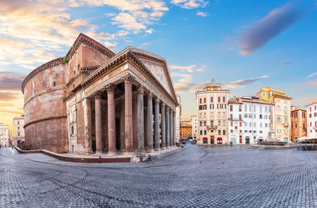 Pantheon temple with a column in Rotonda Sqaure, Rome, Italy 版權商用圖片