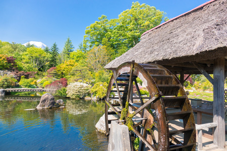 molino de agua: Molino de agua y un jardín japonés Foto de archivo