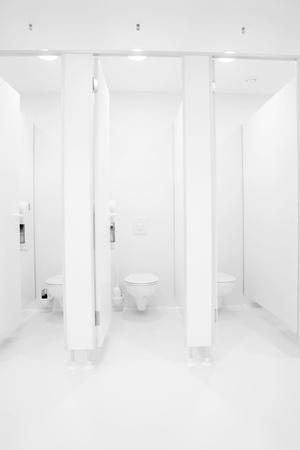 washroom: una sala de ba�o p�blico limpio nueva vac�a