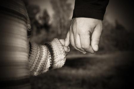 Un padre de la mano de su hijo mientras caminaba en un parque de............ Foto de archivo - 9078291