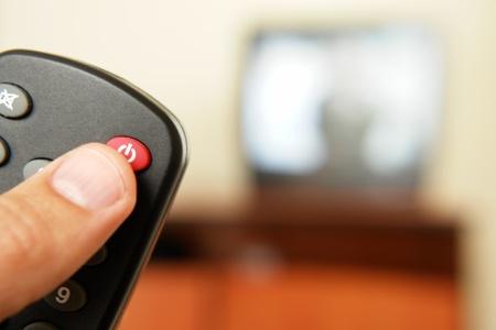Pantalla de televisión con control remoto de la televisión en primer plano ..... Foto de archivo