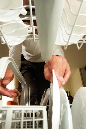 geschirrsp�ler: neue Sp�lmaschine in der K�che ....