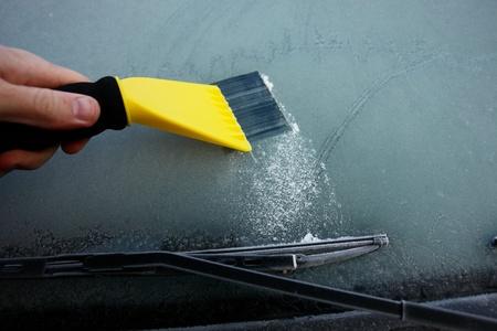 parabrezza auto coperto di ghiaccio e neve