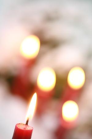luz de velas: velas en la nieve Foto de archivo